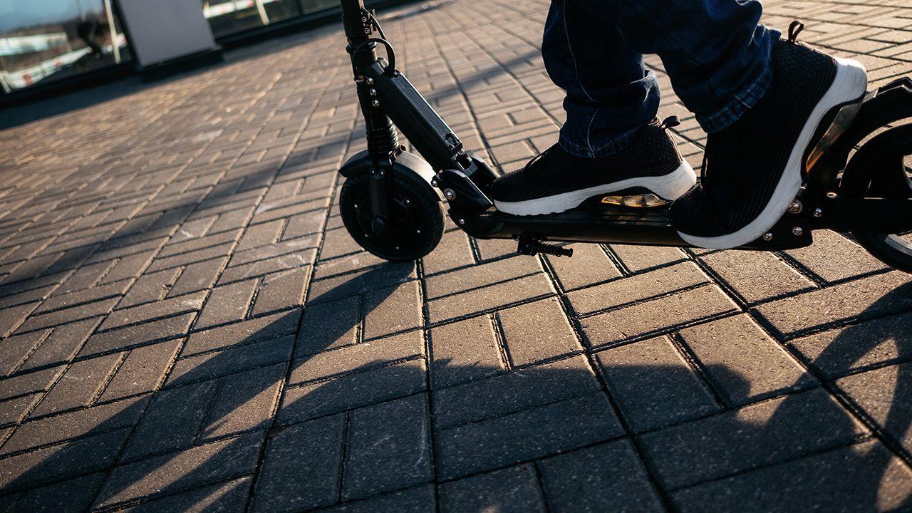 Na hulajnogach, rowerach, wrotkach itp pojeździmy wokół pomnika L. Kaczyńskiego – zaprasza Wagner (fot. Shutterstock/Andrei Bortnikau)