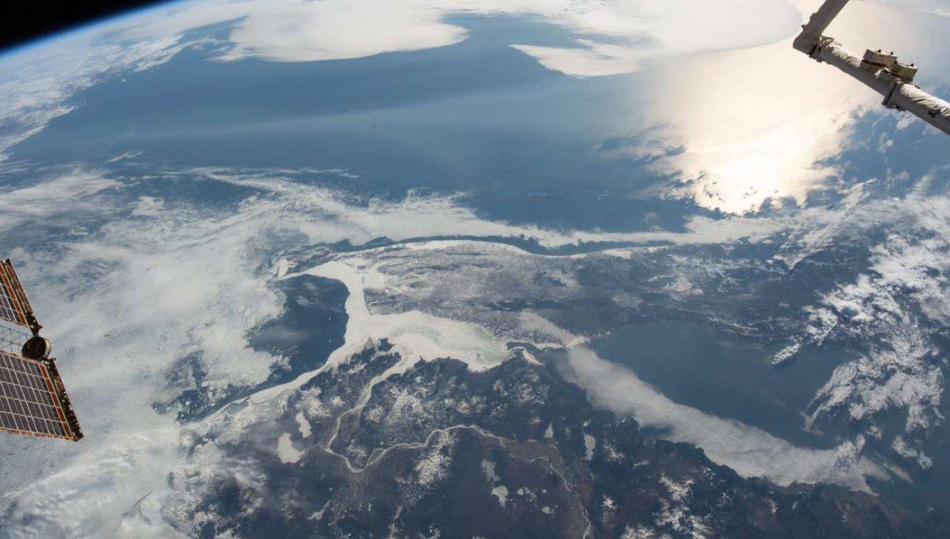 Cieśnina Tatarska oddziela Sachalin od kontynentu azjatyckiego; zdjęcie wykonane z ISS (fot. Wikimedia Commons/NASA)