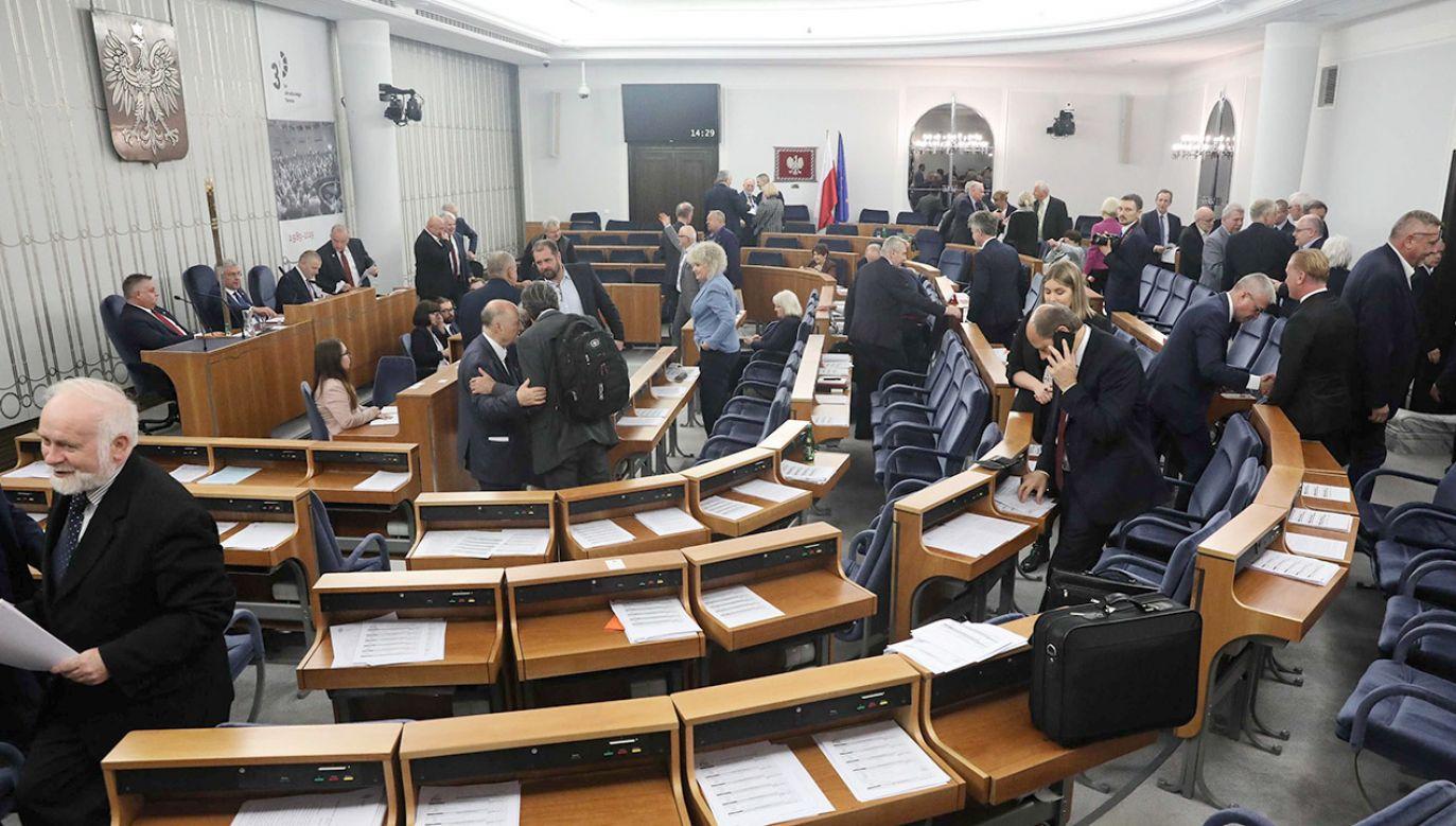 PiS złożył wnioski do Sądu Najwyższego w ramach protestów wyborczych; chodzi o ponowne przeliczenie głosów w dwóch okręgach w wyborach do Senatu: nr 75 i nr 100 (fot. PAP/Tomasz Gzell)