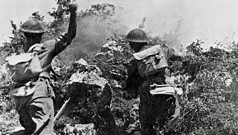 Zdjęcie - symbol. Żołnierze 2 Korpusu Polskiego walczą o wzgórze 593 (fot. Wiki)