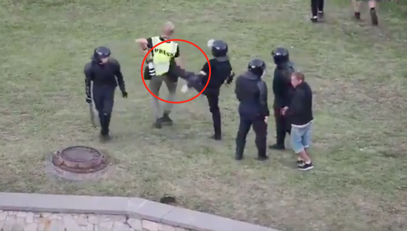 Białoruś. Milicja bije dziennikarzy (fot. Twitter.com/Asger Ladefoged)