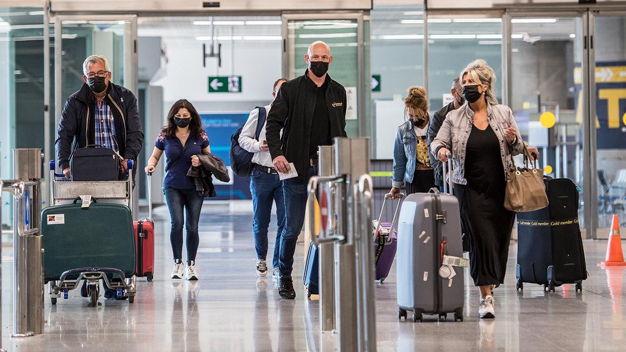 Ograniczenia w podróżowaniu łagodnieją (fot. Carlos Gil/Getty Images)