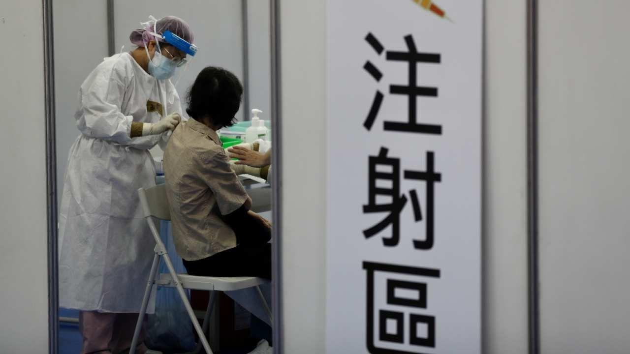 Tylko około 6 proc.  mieszkańców Tajwanu otrzymało co najmniej jedną z dwóch dawek szczepionki  (fot. PAP/EPA/RITCHIE B. TONGO)