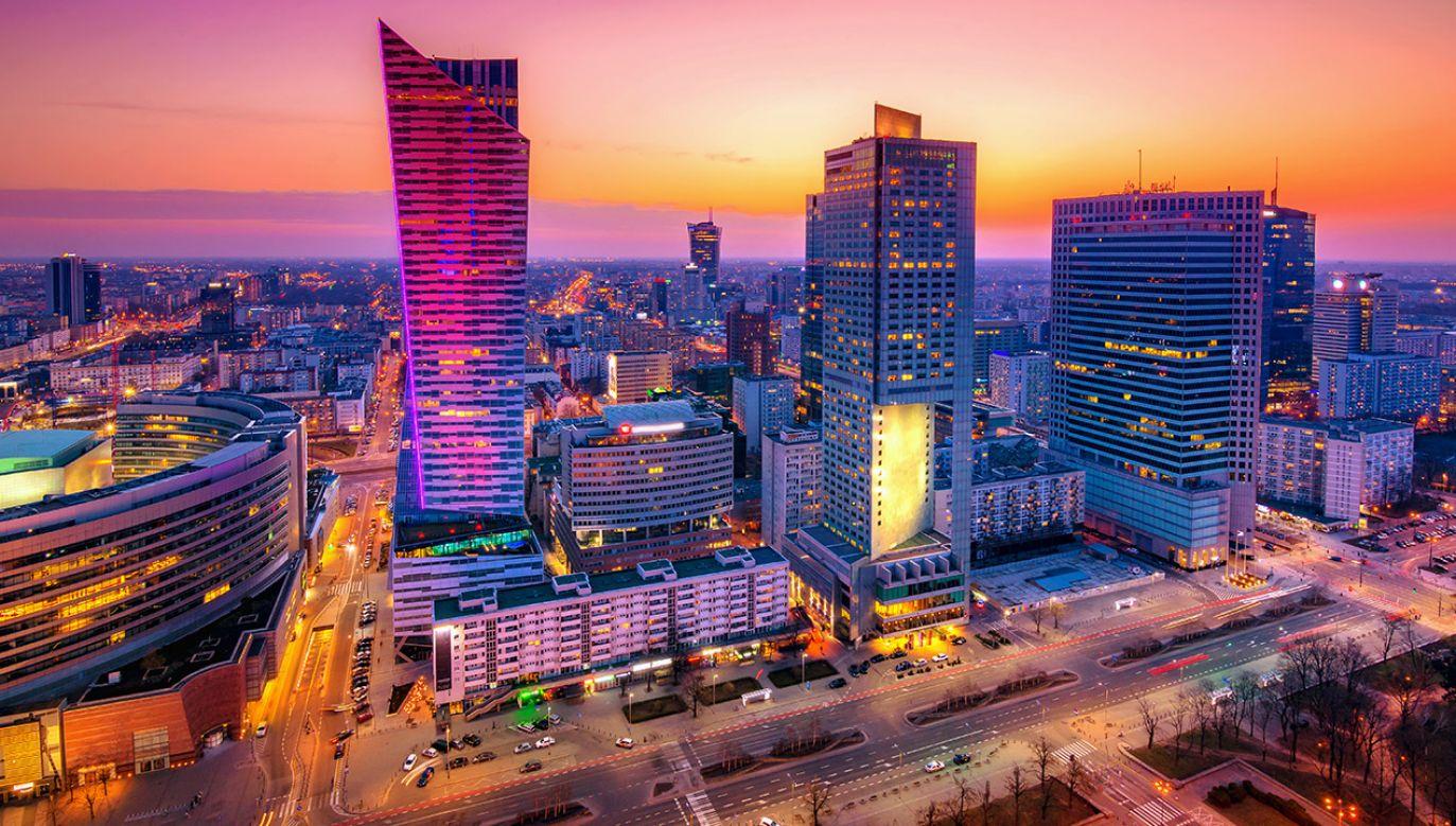 """""""Włodarze miast wiedzą doskonale, że na skutecznych rządach budżetowych PiS zarobili bardzo dużo pieniędzy"""" – powiedział premier (fot. Shutterstock/Georgios Tsichlis)"""