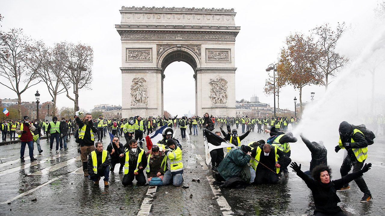 """Ustępstwa rządu nie skłoniły """"żółtych kamizelek"""" do przerwania protestu (fot. REUTERS/Stephane Mahe)"""