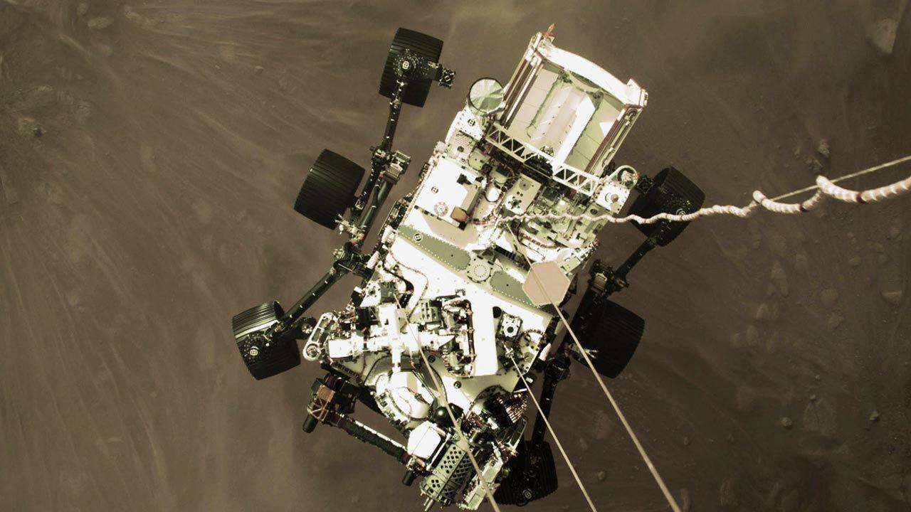 Perseverance widziany z perspektywy modułu do lądowania (fot. PAP/EPA/NASA/JPL-Caltech HANDOUT)