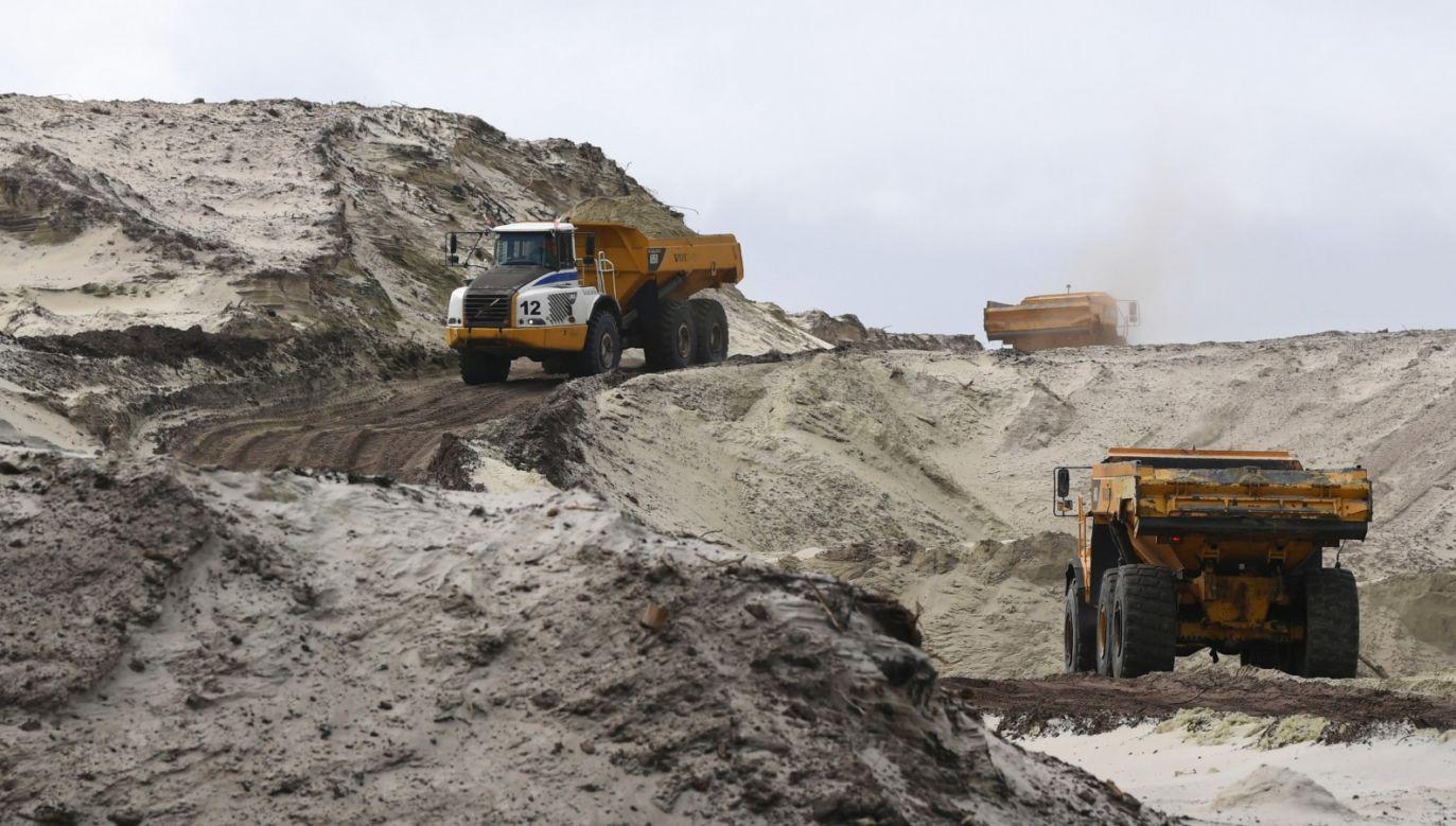Teren budowy kanału żeglugowego na Mierzei Wiślanej w miejscowości Skowronki (fot. PAP/Adam Warżawa)