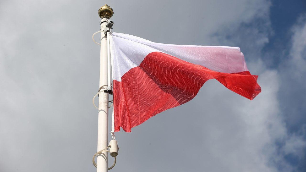 W Święto Konstytucji 3 Maja na maszcie stanowego Kapitolu w Hartford, w Connecticut, powiewa polska flaga (zdjęcie ilustracyjne) (fot. arch PAP/Łukasz Gągulski)