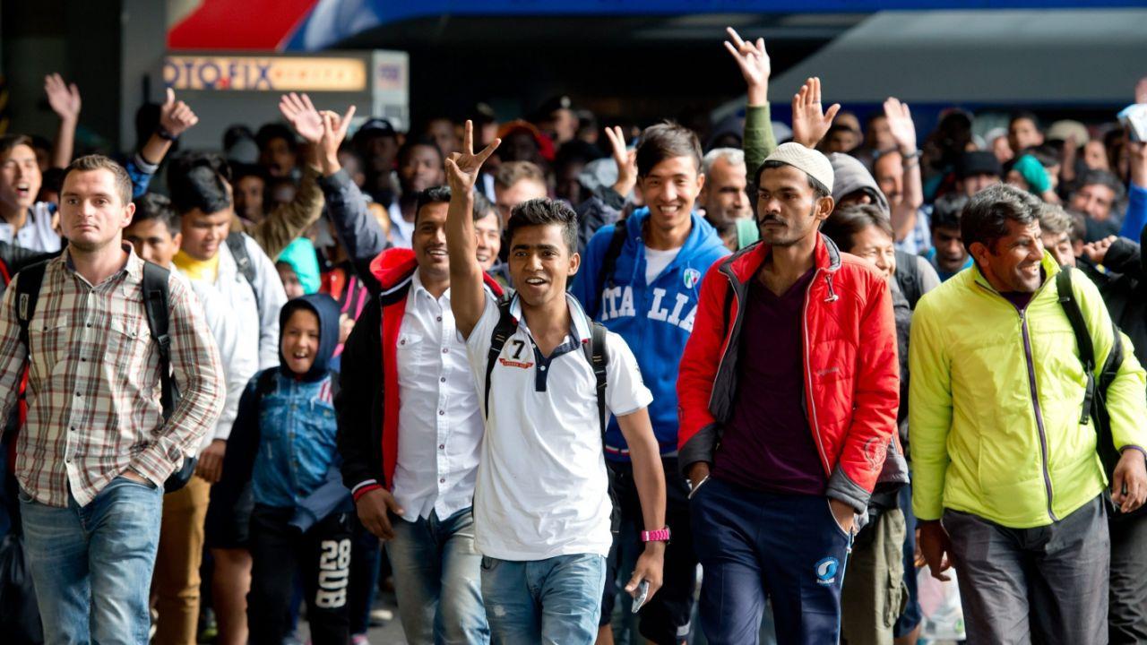 Uchodźcy na dworcu w Monachium (fot. PAP/EPA/SVEN HOPPE)