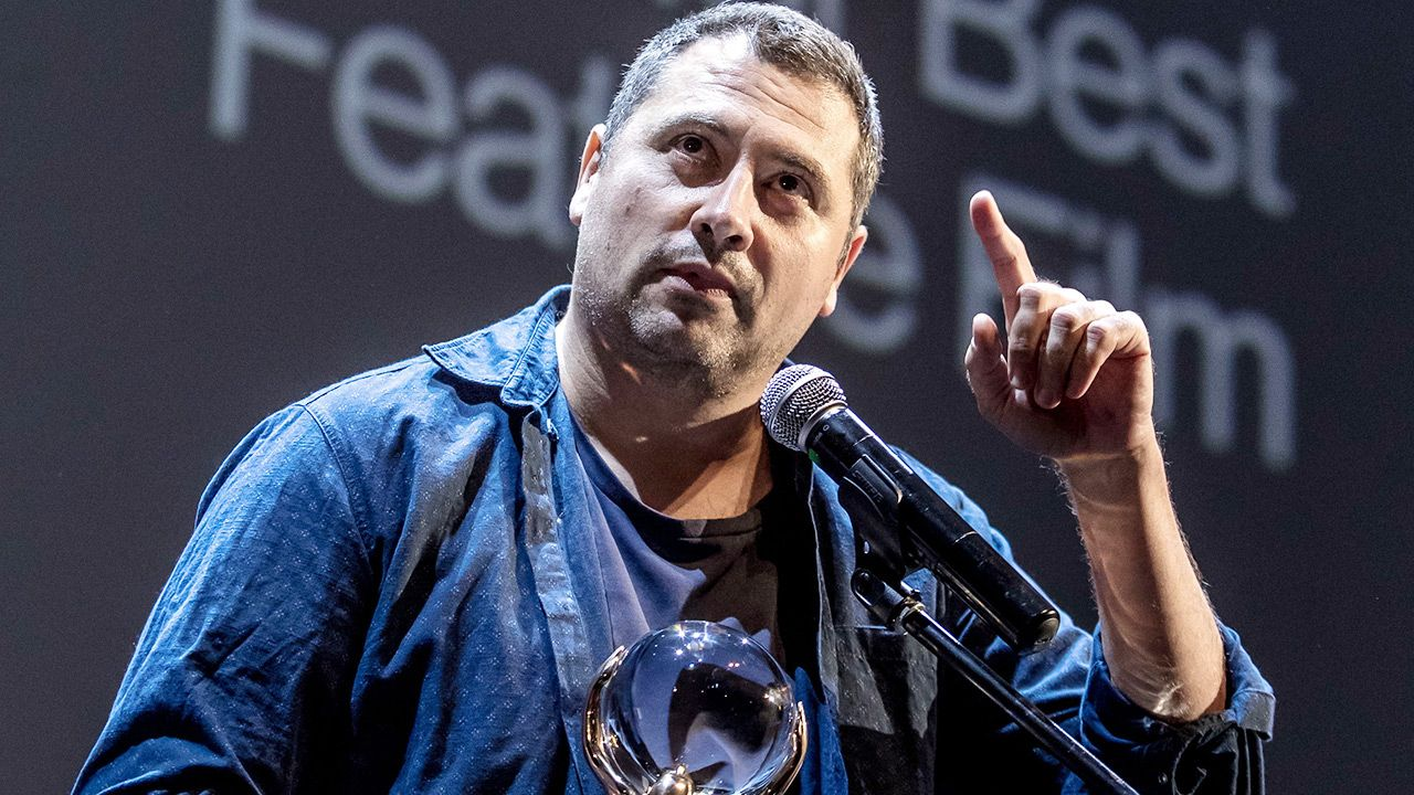 Na zdjęciu reżyser Radu Jude (fot. PAP/EPA/MARTIN DIVISEK)