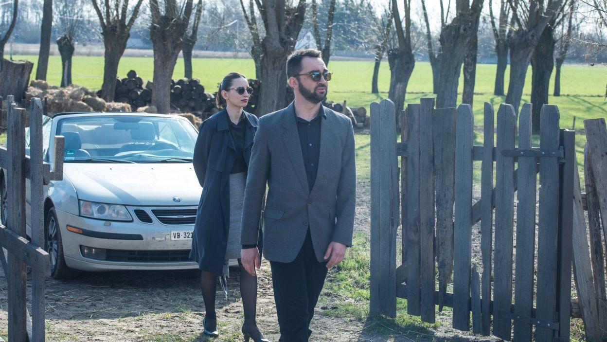 Georg i jego partnerka przyjeżdżąją do rodzinnego domu mężczyzny, by po śmierci ojca uporządkować sprawy (fot. Jan Bogacz/TVP)
