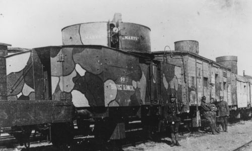 """Pociąg pancerny """"Bartosz Głowacki"""" w 1920 roku podczas wojny polsko-bolszewickiej. Na pierwszym planie wagon artyleryjski z armatą """"Maryś"""" (napis na wieży), widoczni żołnierze obsługi. Fot. NAC/IKC, sygn. 1-W-1678-2"""