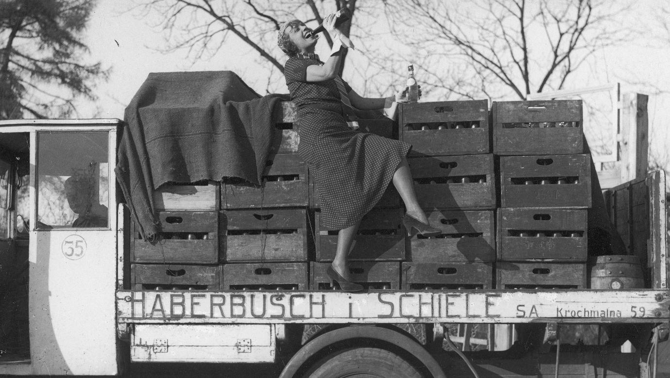 """Słynna francuska piosenkarka i aktorka Mistinguett (Jeanne Bourgeois) reklamująca w 1933 roku w Warszawie polskie browary """"Haberbusch i Schiele"""". Fot. NAC/ IKC/ Marian Fuks"""