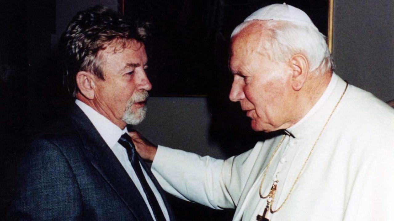W 1994 r. płk Kukliński został przyjęty na prywatnej audiencji przez Jana Pawła II (fot. PAP/reprodukcja ze zbiorów J. Szaniawskiego)