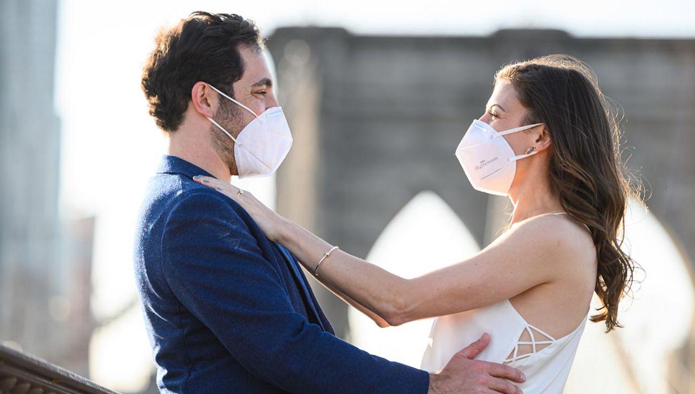 Objęcie narzeczonej przez mężczyznę jest niedozwolone na mocy przepisów o walce z epidemią (fot.  Noam Galai/Getty Images)
