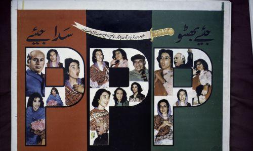Benazir Bhutto była córką prezydenta Pakistanu Zulfikara Alego Bhutto. Na zdjęciu: fragment plakatu popierającego tę kandydatkę Pakistańskiej Partii Ludowej, z fotografiami Benazir i Zulfikara Aliego Bhutto podczas kampanii wyborczej w październiku 1986 r. Fot. Reza / Getty Images