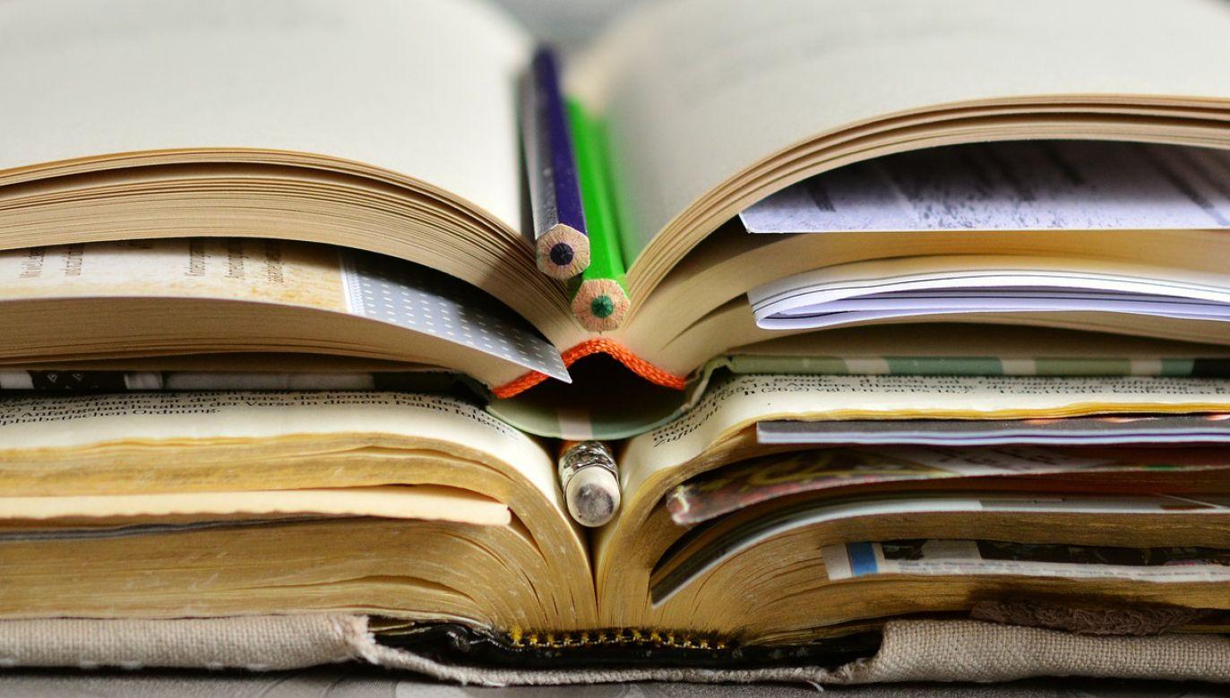 Podręczniki z Polski zostaną dostarczone samochodem ciężarowym pod Dom Kultury Polskiej (fot. pixabay.com/congerdesign)