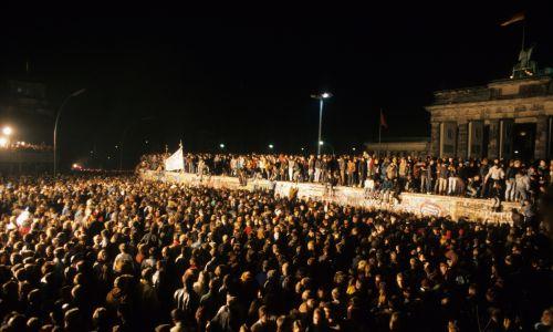 13 listopada 1989 r. Oczekiwanie na otwarcie Bramy Brandenburskiej. Fot. Müller-Schneck/ullstein bild via Getty Images)