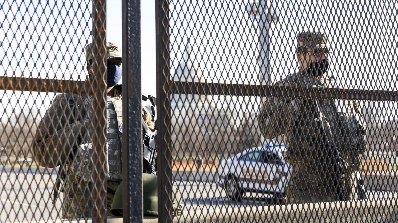 Mężczyzna miał niezarejestrowaną broń (fot. Justin Lane/PAP/EPA)