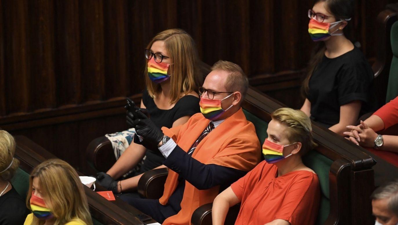 Posłowie Lewicy wzięli udział w zaprzysiężeniu prezydenta w tęczowych maseczkach (fot. PAP/Radek Pietruszka)