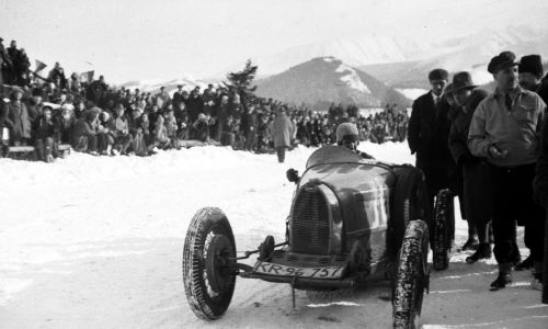 Wyścigi samochodowe w Zakopanem. Stanisław Hołuj w samochodzie Bugatti. Styczeń 1932. Fot. NAC/IKC, sygn. 1-S-2845-19