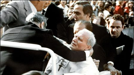 Ochroniarze podtrzymują Jana Pawła II po tym, jak na Placu Świętego Piotra strzelił do niego turecki ekstremista, Ali Agca. Działo się to 13 maja 1981 r. (fot. PAP/EPA)