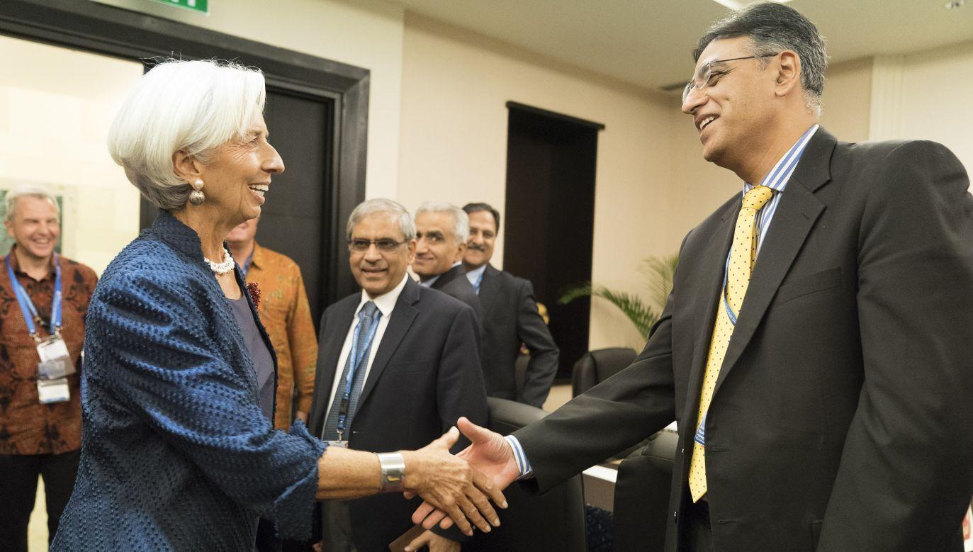 Dyrektor zarządzający Międzynarodowego Funduszu Walutowego Christine Lagarde wita pakistańskiego polityka wysokiego szczebla Asada Umara (fot. Stephen Jaffe - IMF via Getty Images(