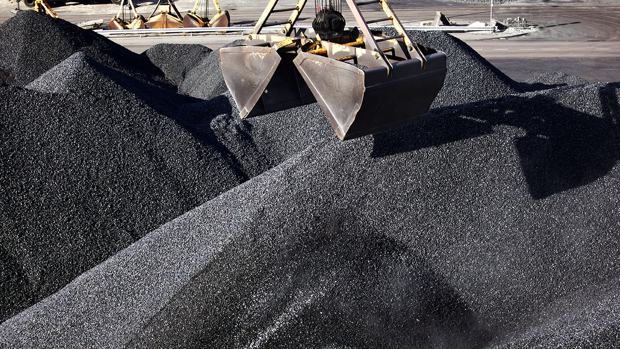 Trzeba spalać węgiel, by nie zgasło światło – tłumaczy jeden z analityków (fot. Shutterstock)