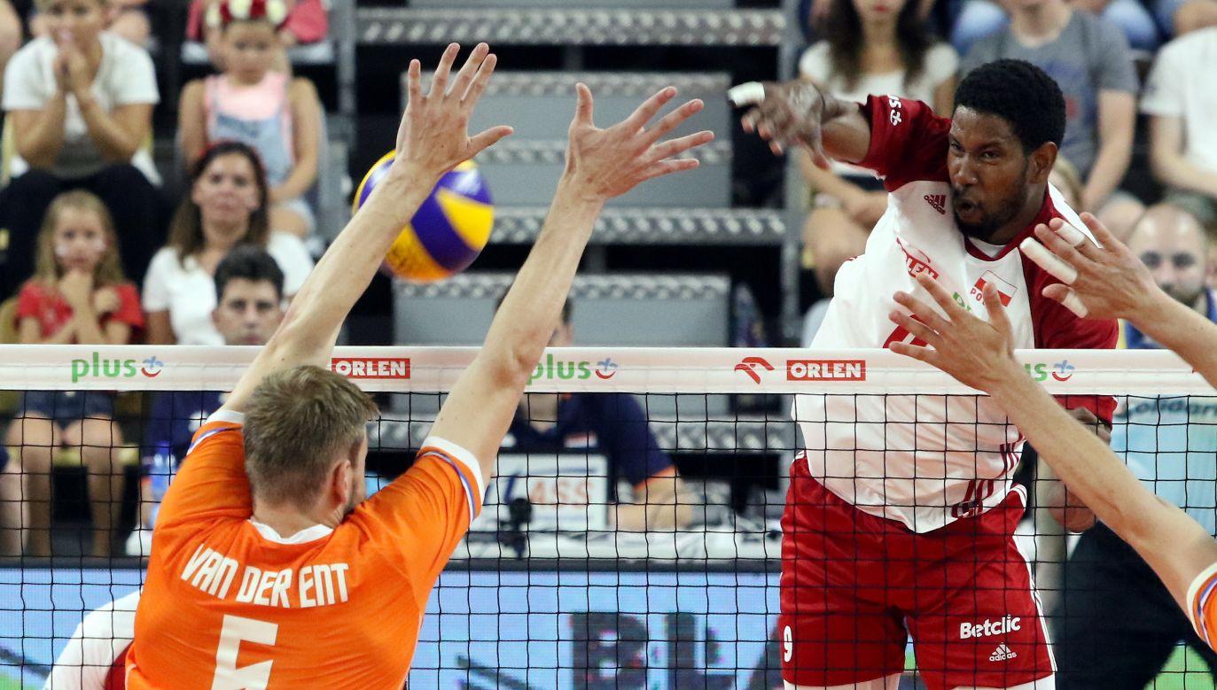 W dwumeczu z Holendrami swój debiut w biało-czerwonych barwach zaliczył pochodzący z Kuby Wilfredo Leon (PAP/Krzysztof Świderski)