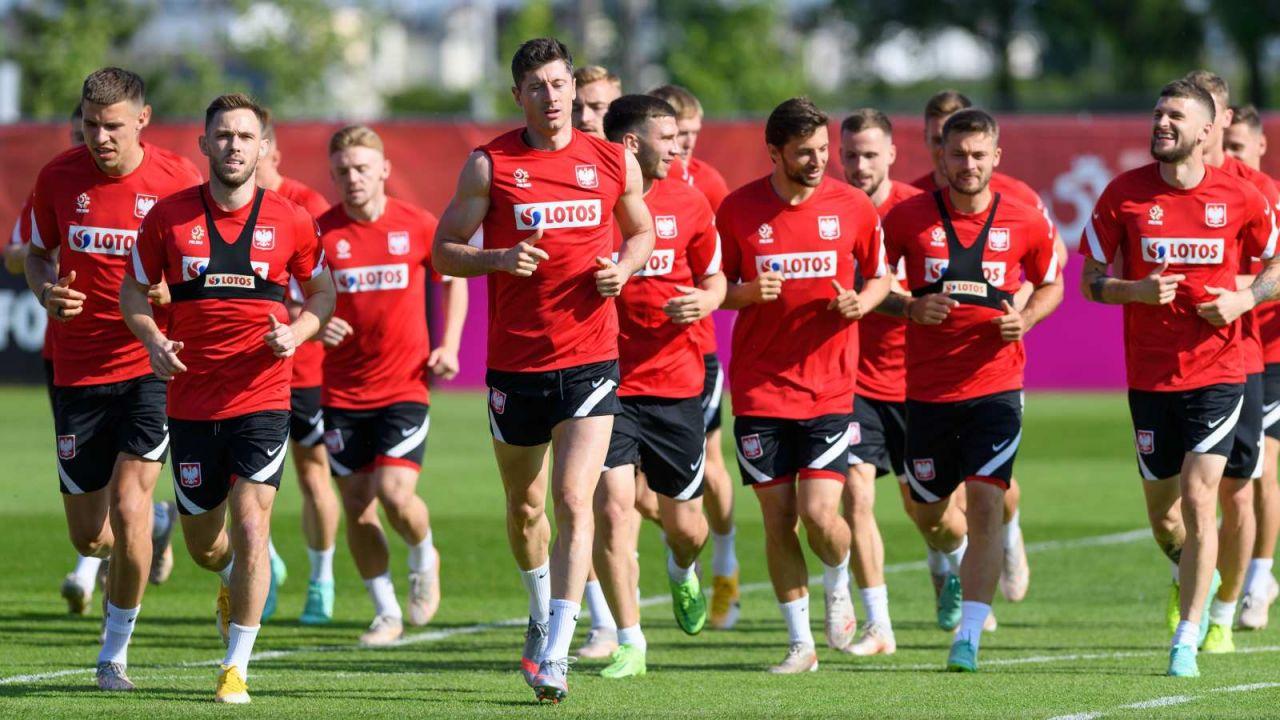 Jan Bednarek (pierwszy z lewej) wciąż ma problemy z mięśniem (fot. PAP/Jakub Kaczmarczyk)