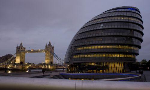 Jajo to motyw spotykany w architekturze. Tu: nowoczesny budynek London City Hall, kojarzony kształtem z jajem, na tle symbolu stolicy brytyjskiego królestwa ¬– London Bridge. Fot. George Rose/Getty Images