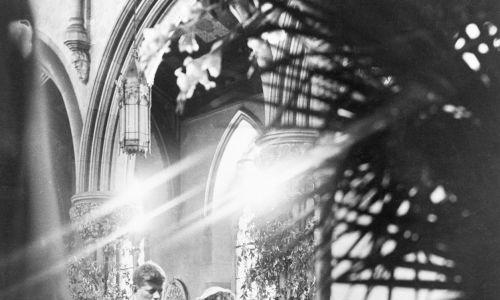 John Kennedy i Jacqueline Bouvier podczas ślubu, Klęczą przed ołtarzem w stuletnim kościele Najświętszej Marii Panny. Fot. Getty Images