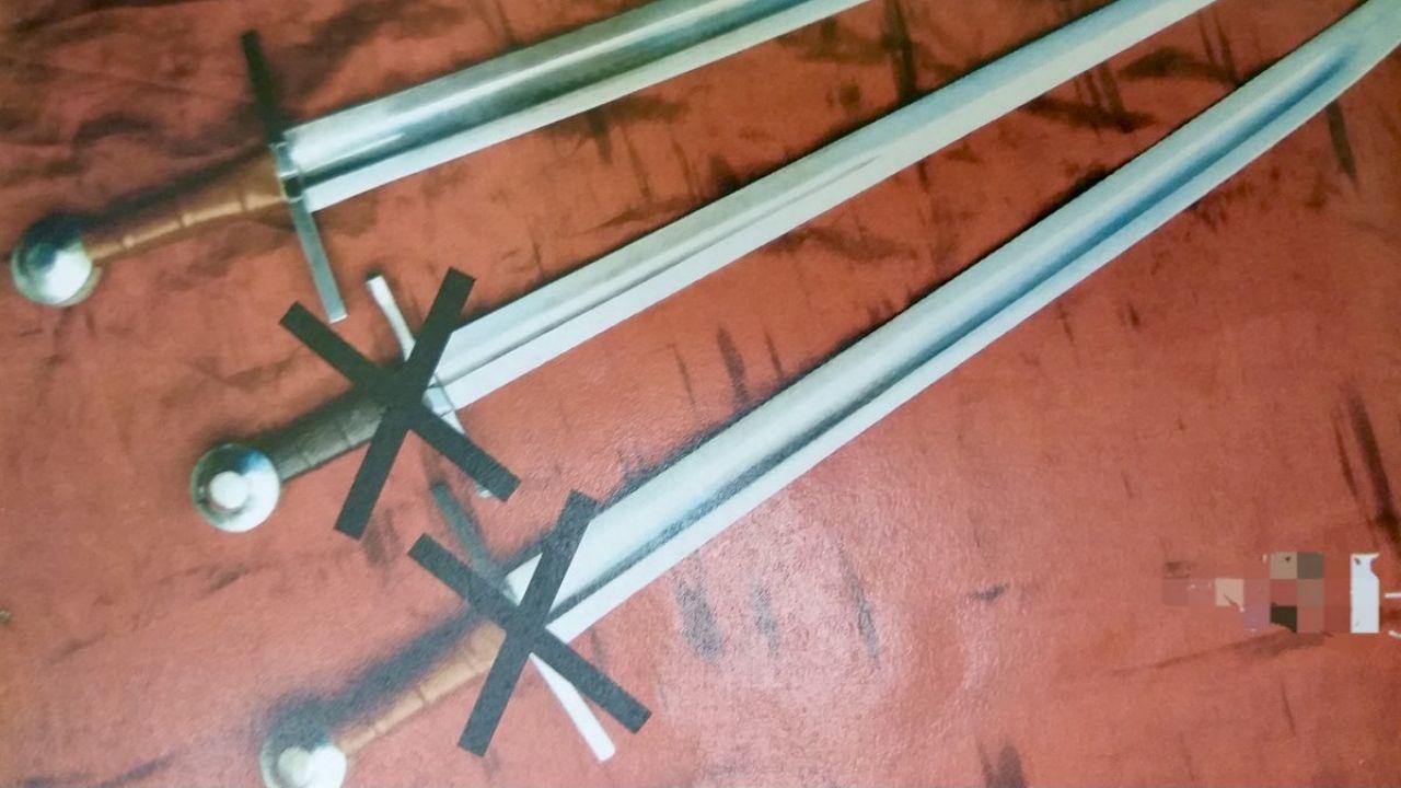 Łupem złodzieja padły cztery miecze i stalowa rękawica (fot. Policja warmińsko-mazurska)