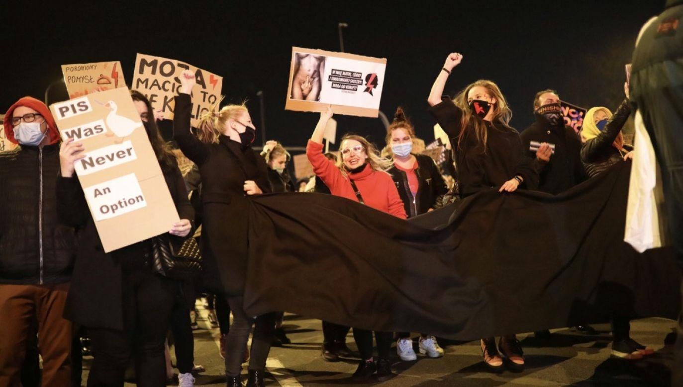 Manifestacje zwolenników aborcji trwają w wielu miejscach kraju. Na zdjęciu demonstracja w Płocku (fot. PAP/Szymon Łabiński, zdjęcie ilustracyjne)
