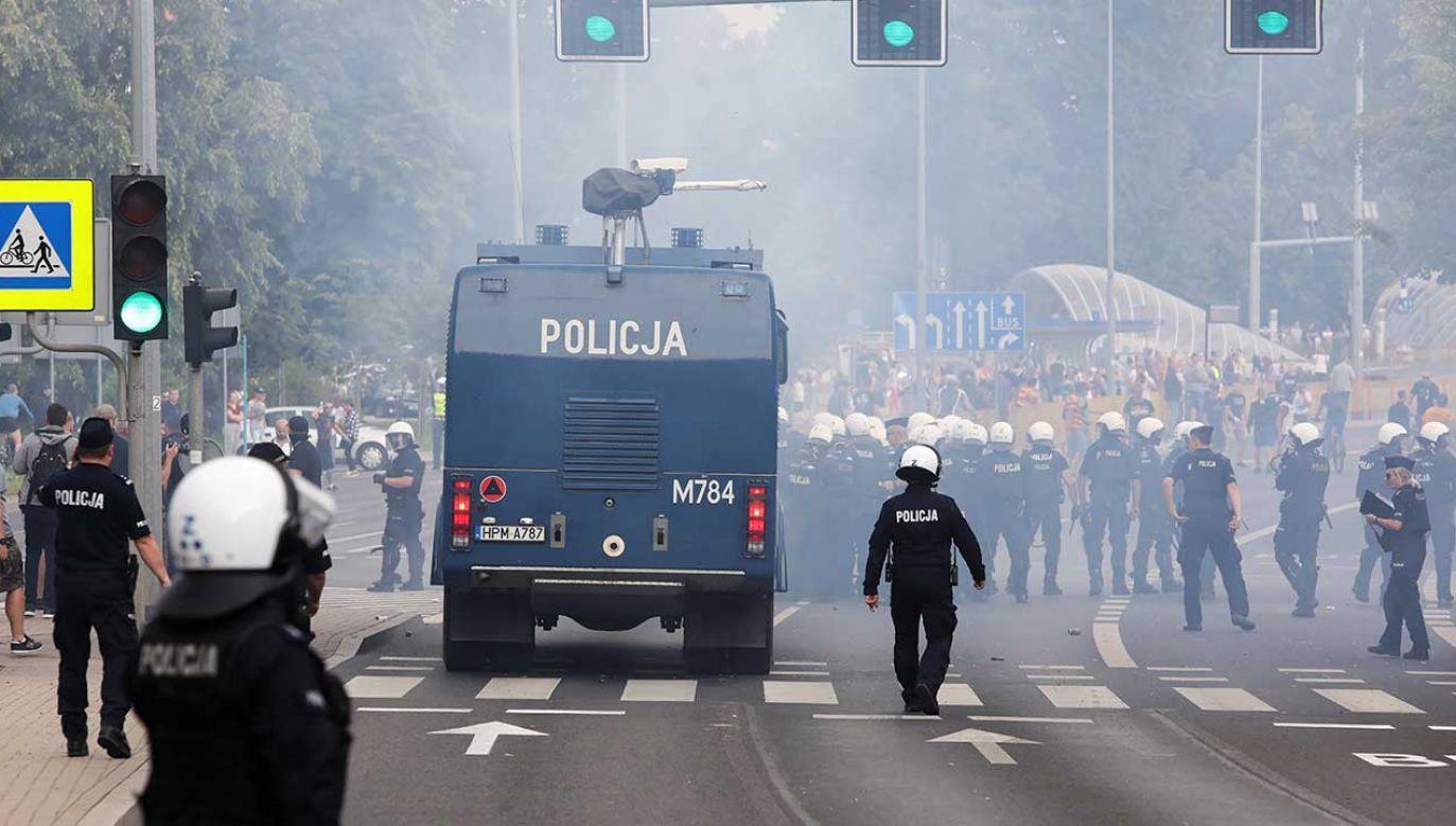 Przejście uczestników Marszu Równości w Białymstoku próbowali zablokować kontrmanifestanci (fot. PAP/Artur-Reszko)