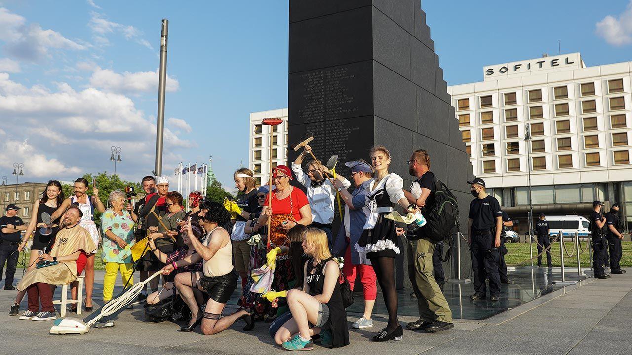 Manifestację Lotnej Brygady Opozycji relacjonowała radna PO (fot. Forum/Andrzej Hulimka)