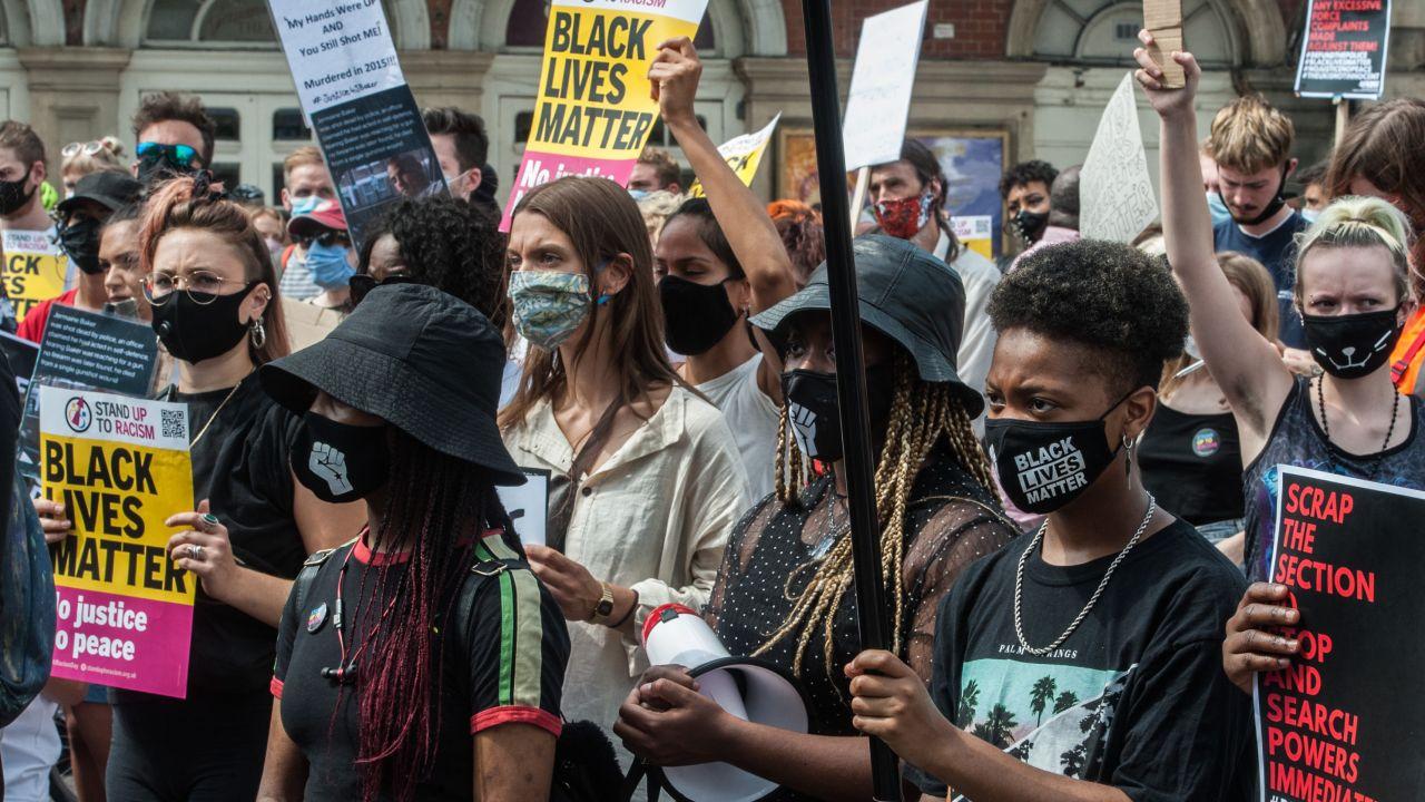 Transrasizm, Społeczna debata w Wielkiej Brytanii (fot. Guy Smallman/ Getty Images)