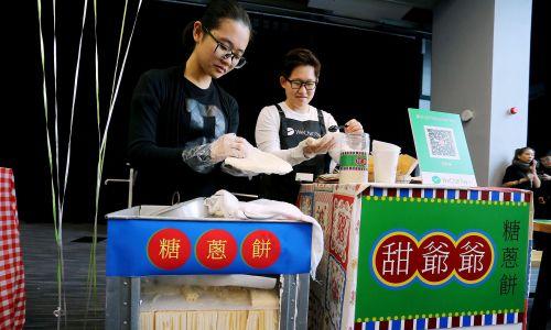 WeChat  to służy do wysyłania wiadomości, ale też do robienia zakupów za pomocą botów oraz wykonywania płatności. Tu, korzystając z WeChata, można kupić tradycyjne chińskie cukierki i kokosowe opakowanie, październik 2017 r. Fot. Dickson Lee / South China Morning Post via Getty Images