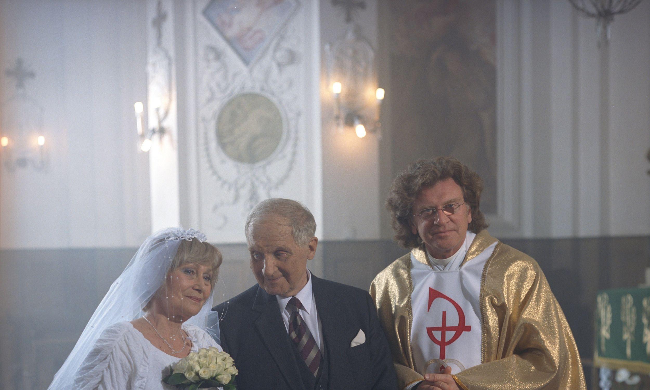 """Kadr z serialu """"Klan"""", czerwiec 2002 r. Na zdjęciu: Kazimiera Utrata, Zygmunt Kęstowicz i Zbigniew Wodecki. Fot. Anna Radzko /TVP"""