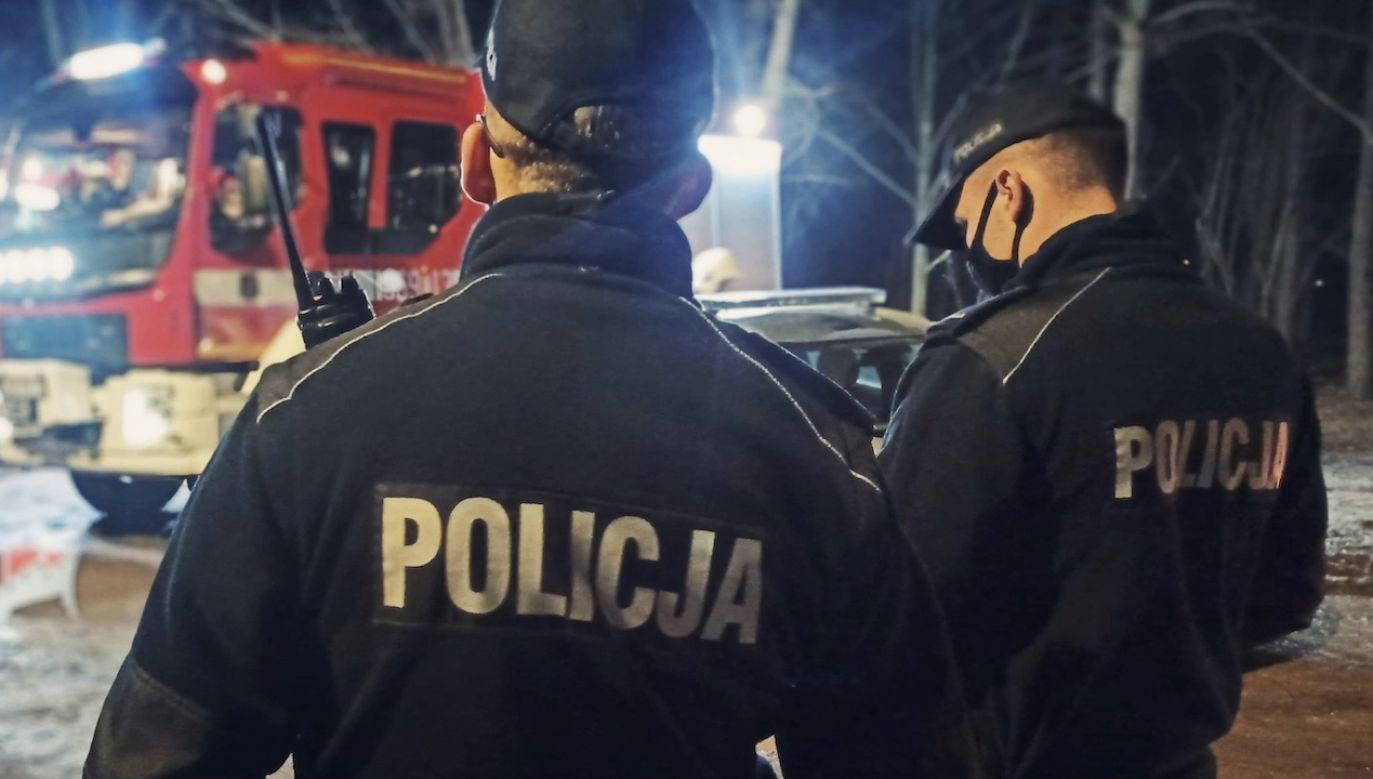 Policjanci w asyście ratownika medycznego zawieźli malucha do szpitala (fot. KMP w Skierniewicach, zdjęcie ilustracyjne)