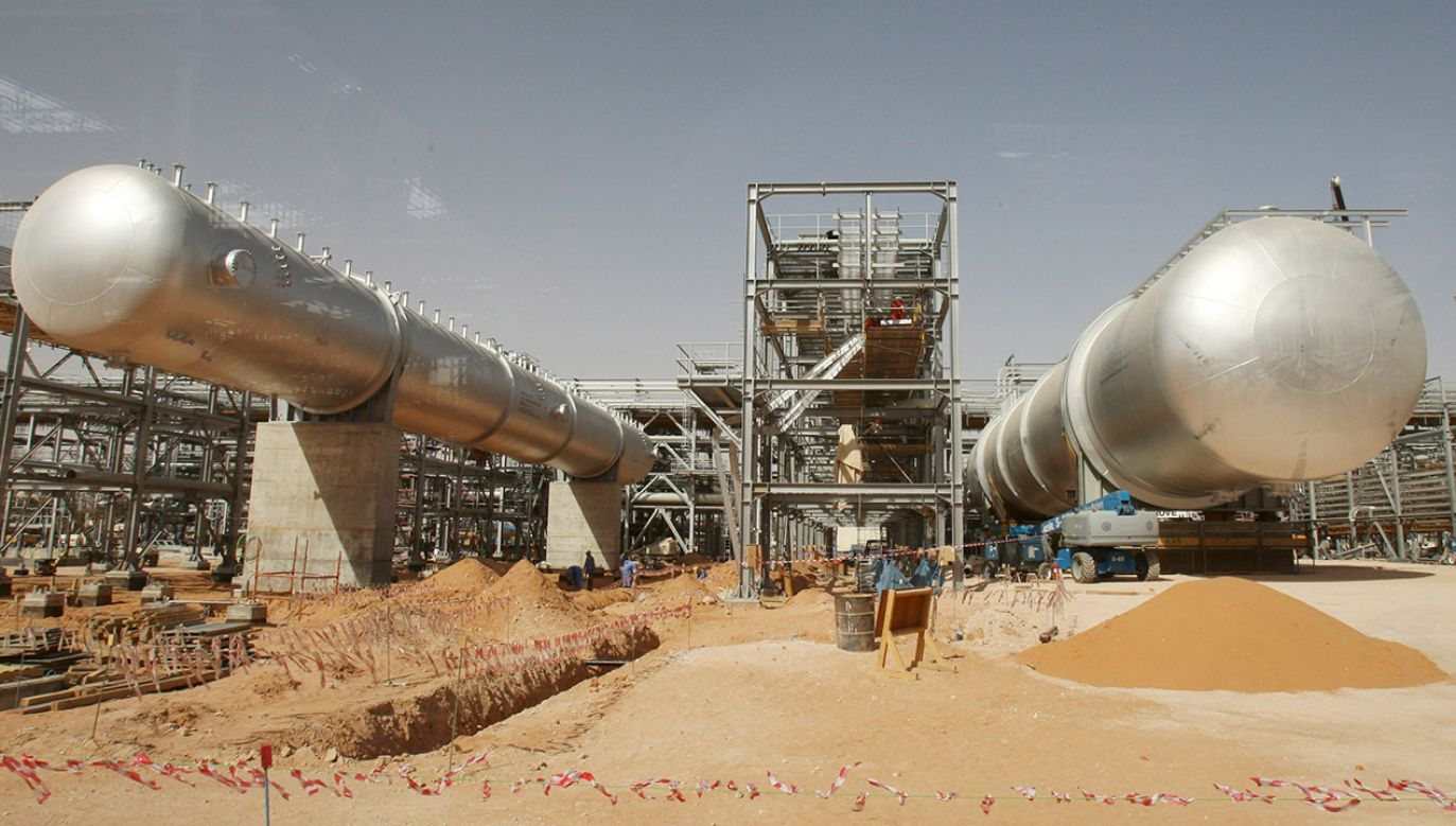 W rezultacie ataku na saudyjską rafinerię tamtejsza dzienna produkcja ropy naftowej spadła o 5,7 mln baryłek (fot. PAP/EPA/ALI HAIDER)