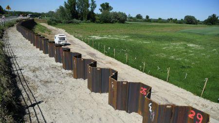 Rozbudowa wału przeciwpowodziowego rzeki San w miejscowości Wrzawy w gminie Gorzyce(fot. PAP/Darek Delmanowicz)