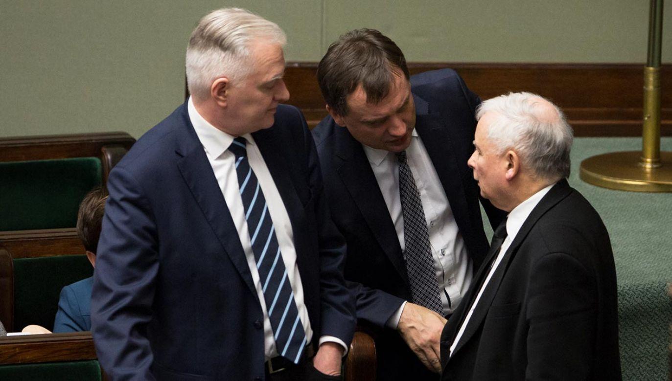 Dostajemy ułożony na nowo rząd, w którym zapędy zbyt łapczywych koalicjantów tonować ma sam Jarosław Kaczyński, występujący w nowej roli koordynatora pracy trzech resortów w randze wicepremiera (fot. Forum)