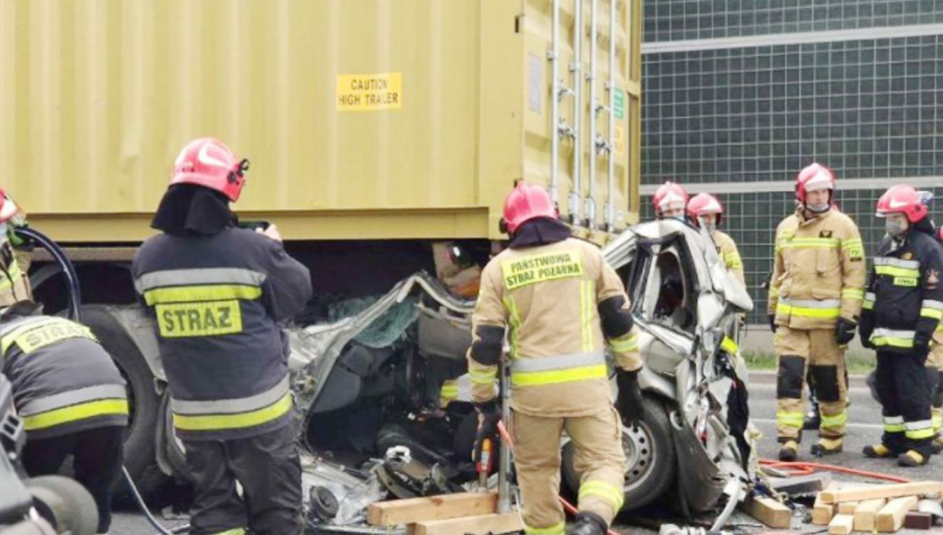 Toyota wbiła się pod naczepę ciągniętą przez ciężarową scanię (fot. TVP3 Kielce)