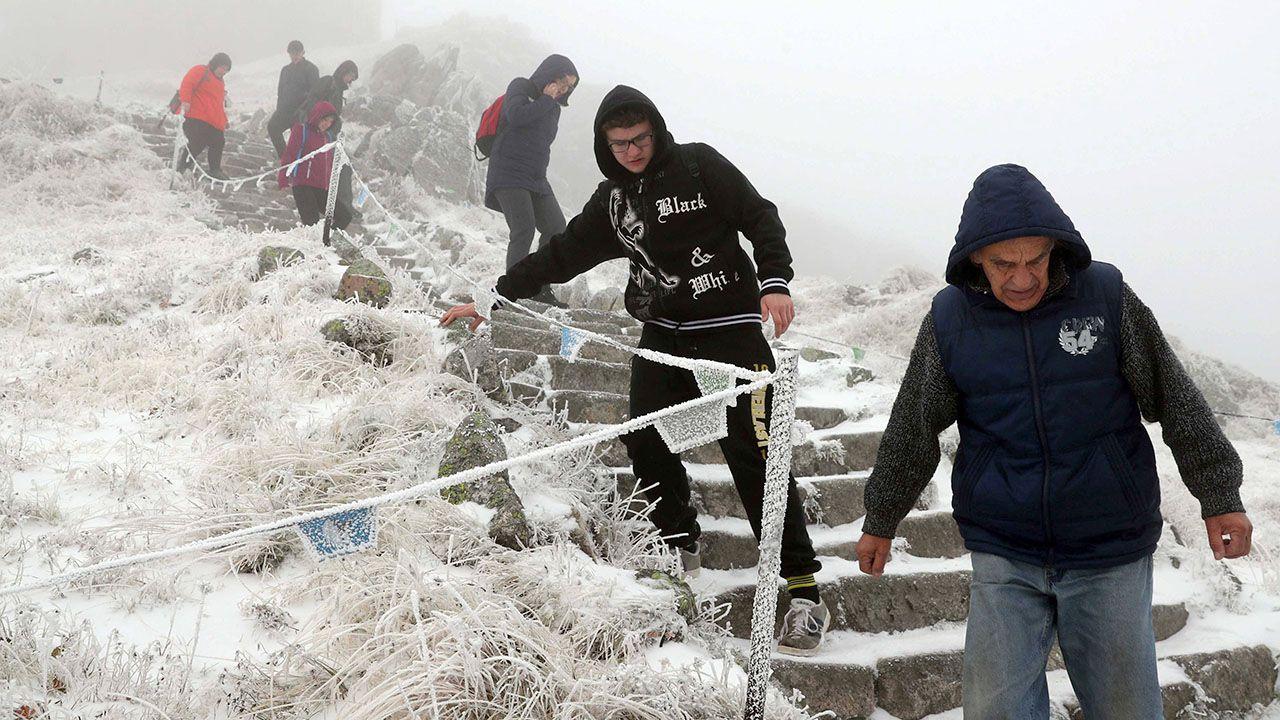 Planując wyjście w wyższe partie gór, niezbędne jest posiadanie sprzętu zimowego (fot. arch.PAP/Grzegorz Momot)