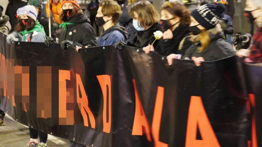 """""""Strajk Kobiet"""" w Warszawie ruszył spod siedziby TK (fot. portal TVP Info)"""