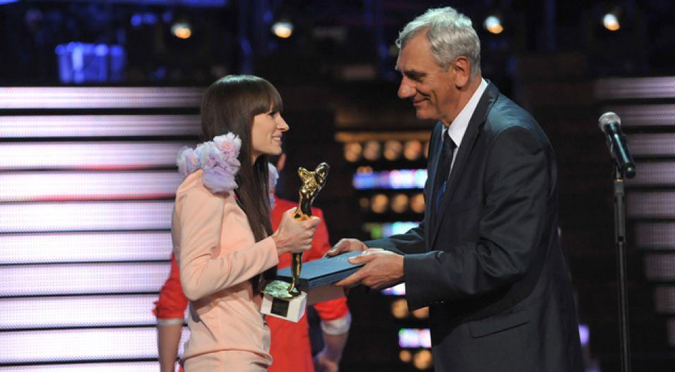 Sylwia Grzeszczak odebrała z rąk Wiktora Zborowskiego nagrodę dla SuperArtystki (fot. Ireneusz Sobieszczuk)