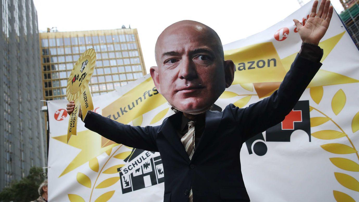 Działania Amazona budzą w Europie protesty. Na zdjęciu demonstracja w Berlinie w kwietniu 2018 roku, w które udział wzięli pracownicy sortowni z Niemiec, Polski i Włoch. Fot.  Sean Gallup/Getty Images