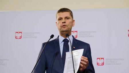 Minister edukacji narodowej Dariusz Piontkowski podczas konferencji prasowej na temat przygotowań do nowego roku szkolnego 2020/2021 (fot. PAP/Mateusz Marek)