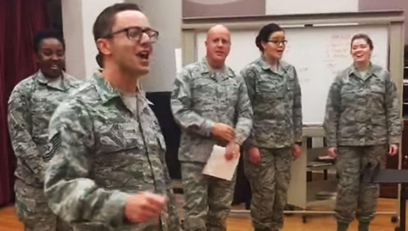 The United States Air Force Band przywitało polskich generałów nietypowym wykonaniem piosenki (YouTube)